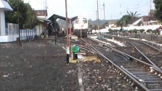 Video KA pandanwangi feat bb 304 23 berhenti di stasiun rogojampi MP3, 3GP, MP4, WEBM, AVI, FLV Juli 2018