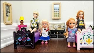 Download Video Elsa & Anna toddlers relax and play at the Hotel - room service - lunch - bath - vacation MP3 3GP MP4