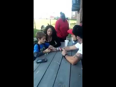 爸爸跟8歲兒子說「媽媽昨天因吸毒過量死了」,小孩的反應讓網友們都超級不捨!