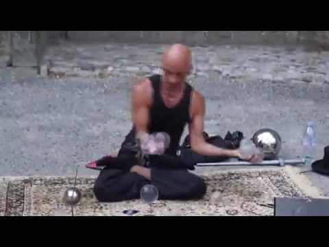 Уличный иллюзионист ломает все законы физики (video)