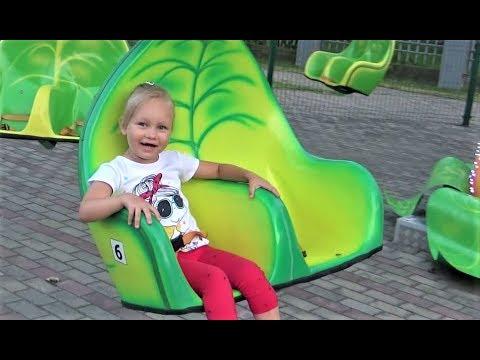 Алиса гуляет в ДЕТСКОМ ПАРКЕ Много Развлечений для детей Play area for kids Amusement park (видео)