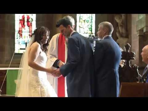 忘了帶戒指的粗心新郎轉身離去,結果這一走出教堂竟讓大批緊張的賓客笑了!