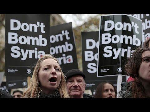 Savaş karşıtları İngiliz Başbakan David Cameron'ı protesto etti