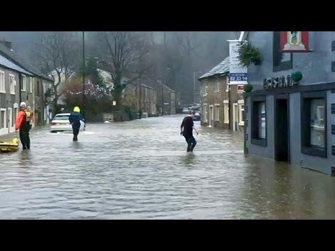 Βρετανία: Δρόμοι – χείμαρροι μετά τις δυνατές βροχές