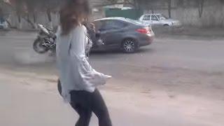 Kierowca zapatrzył się na tańczącą dziewczynę i spowodował makabryczny wypadek…