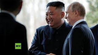 Primer apretón de manos entre Vladímir Putin y Kim Jong-un