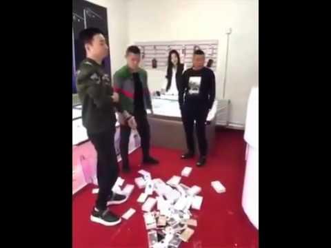 年輕土豪的任性,豪擲 50 萬人民幣砸毀 iPhone 商店。
