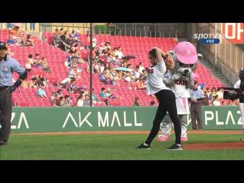 Rhythmic - Before the Doosan Bears/Samsung Lions game at Jamsil Stadium in Seoul on July 5th, former South Korean national team rhythmic gymnast Shin Soo-ji (신수지) threw...