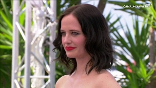 Video Baiser entre Emmanuelle Seigner et Eva Green - Festival de Cannes 2017 MP3, 3GP, MP4, WEBM, AVI, FLV Mei 2017
