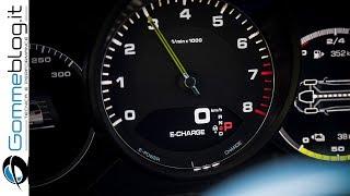 Porsche Panamera 4 E-Hybrid a trazione integrale e con un'autonomia in elettrico di 50 km. La vettura ha una potenza di sistema pari a 340 kW (462 CV) e consuma 2,5 l/100 km nel nuovo ciclo di guida europeo per i modelli ibridi plug-in, pari a 56 g/km di emissioni di CO2. La Panamera 4 E-Hybrid può essere ordinata da subito e in Italia è proposta a partire da 111.522,01 Euro inclusa IVA.50 km di autonomia esclusivamente elettricaIn Porsche, il concetto di trazione ibrida è, da sempre, non solo sinonimo di mobilità sostenibile ma anche di performance. Lo dimostrano, non da ultimo, le vittorie della 919 Hybrid alla 24 Ore di Le Mans nel 2015 e nel 2016. Questa filosofia ora caratterizza anche la Panamera 4 E-Hybrid.La Panamera 4 E-Hybrid a trazione ibrida plug-in si avvia sempre in modalità esclusivamente elettrica e procede ad una velocità massima di 140 km/h ad emissioni locali pari a zero con un'autonomia di 50 km. Anche questa Panamera è la sportiva fra le berline di categoria superiore: questa nuova Porsche a trazione integrale raggiunge una velocità massima di 278 km/h; la coppia di sistema è, 700 Nm già alla partenza e il cronometro, nell'accelerazione da 0 a 100 km/h si ferma a 4,6 secondi.La coppia è trasmessa su tutte e quattro le ruote. Le sospensioni pneumatiche con tecnologia a tre camere, di serie, assicurano costantemente un equilibrio ottimale fra comfort e dinamica.Nuova strategia ibrida ripresa dalla Porsche 918 SpyderLa performance non si ottiene per caso: nella nuova Panamera 4 E-Hybrid, Porsche impiega una strategia ibrida innovativa in questo segmento, ripresa dalla 918 Spyder. Con 652 kW (887 CV), la 918 Spyder è la vettura di serie più veloce sulla Nordschleife del Nürburgring. Il giro record di 6:57 minuti è stato raggiunto, fra l'altro, grazie alla spinta supplementare generata dai due motori elettrici.Come nella 918 Spyder, anche nella Panamera, la potenza del motore elettrico da 100 kW (136 CV) con una coppia di 400 Nm è disponibile non app