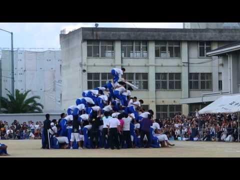 中學生表演「疊羅漢」快要完成時,最後竟然… 天啊!