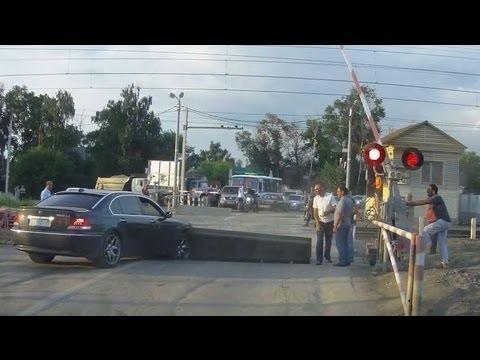 Typ w BMW kontra zapora na drodze. Szybka kara za bezmyślność