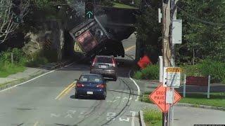 Spectaculaire accident de camion. Il est trop haut pour passer sous le pont