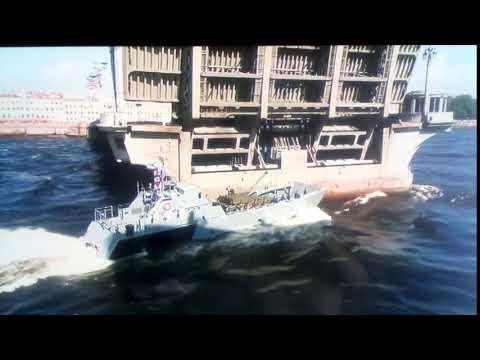 На параде дня ВМФ корабль врезался в мост