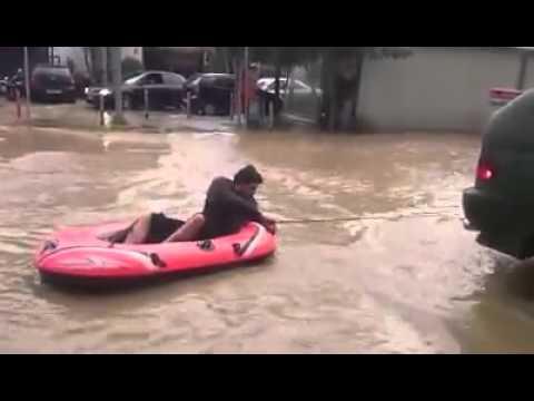 Video - Περιστεριώτης βγήκε με βάρκα θαλάσσης στην πλατεία Μπουρναζίου (video)