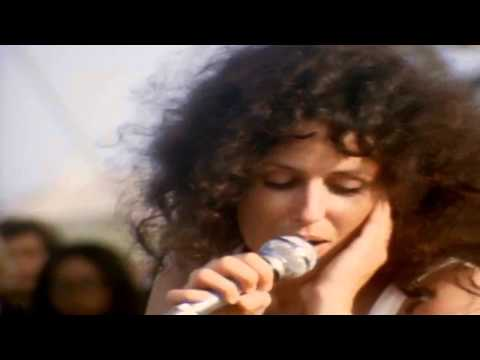 Slick - Grace Slick sings White Rabbit with Jefferson Airplane at Woodstock (aug. 17 1969). http://www.agoravox.tv/auteur/stupeur Grace Slick chante White Rabbit ave...