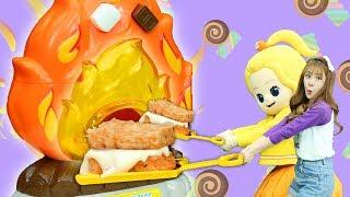 친구들! 오늘은 줄리와 꼬마엘리가 스모어메이커로 맛있는 스모어를 만들어서 먹어봤어요.스모어는 구운 마시멜로를 초콜릿과 함께 과자 사이에 끼워서 먹는 미국 간식이에요.장난감 안에는 스모어를 만들어 먹을 수 있는 분말들이 들어있고 이 장난감을 사용하면 불 없이도 맛있는 스모어를 만들 수 있대요!어떻게 만들어지는지 궁금하지 않나요? 그럼 영상에서 확인해주세요~!--[ 유튜브 공식 채널 ]▶ 캐리앤플레이 유튜브채널http://www.youtube.com/carrieandplay▶ 캐리앤북스 유튜브채널http://www.youtube.com/carrieandbooks▶ 캐리앤송 유튜브채널http://www.youtube.com/carrieandsong▶ 캐리앤잉글리시 유튜브채널https://www.youtube.com/channel/UCvLrF72yAnQ4mMxpM_yS2CQ▶ 엘리가 간다 유튜브채널https://www.youtube.com/channel/UCDnXD0-ABYAj6JIOX6QqU2w▶ 엘리앤 투어_'엘리가 간다' 네이버 TVhttp://tv.naver.com/ellieandtour[ 캐리와장난감친구들 공식 SNS ]▶ 캐리와장난감친구들 공식 페이스북 : https://www.facebook.com/CarrieAndFriends/▶ 캐리와장난감친구들 공식 인스타그램 : https://www.instagram.com/carrie_and_friends/▶ 캐리와장난감친구들 공식 카카오스토리 채널 : https://story.kakao.com/ch/toyfriends/