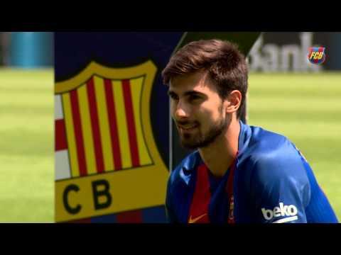 هدية مميزة وغير اعتيادية من والد جوميز لإدارة برشلونة في يوم تقديمه! (فيديو)