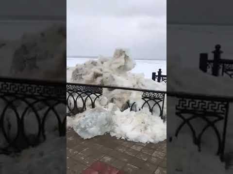 16 мая 08:11 В Сургуте пошла Обь. Лед снес ограждения набережной и несколько построек