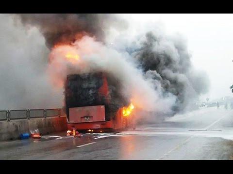 Xe giường nằm bốc cháy khi đang chạy trên QL1A, 5 hành khách thoát nạn