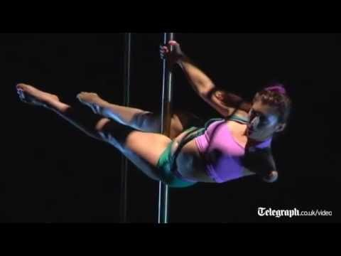 video que muestra una bailarina de pole dance con un solo brazo