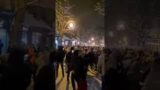 Potężny najazd turystów do Zakopanego. Na Krupówkach uliczna fiesta