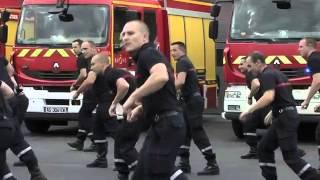 Taneční flashmob v podání francouzských hasičů