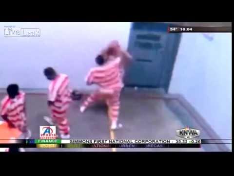 [Clip]  Đánh nát mặt bạn tù