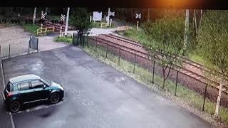 Wjechał wprost pod pociąg w Radlinie. Nagranie z przejazdu kolejowego
