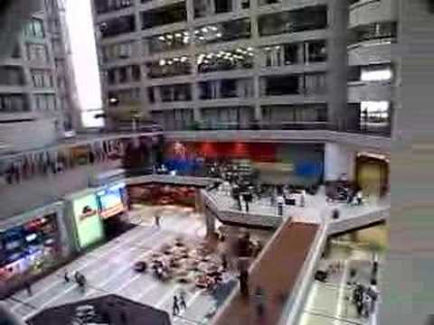 「CNNのスタジオツアーに参加すると体験できる世界一長いエスカレーター」のイメージ