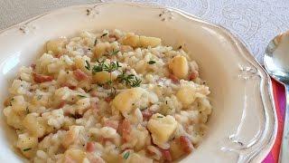 La música de este vídeo es Royalty Free y está disponible aquí:http://audiojungle.net/item/winds-of-inspiration/1608566?ref=eriaSíguenos en Facebook:http://www.facebook.com/MuyLocosPorLaCocinaMás información en nuestra página Web:http://www.muylocosporlacocina.com/2016/11/risotto-de-manzana-y-bacon.htmlEl risotto es un plato típico italiano cuyo principal ingrediente es el arroz. Se caracteriza por su textura cremosa y porque suele llevar queso fundido. Hay una gran variedad de recetas de risotto que añaden diferentes ingredientes al arroz, todas ellas exquisitas.En esta receta se mezcla manzana con bacon y se aromatiza con tomillo fresco. El queso que se utiliza es queso parmesano. El resultado final es delicioso.Aunque por el nombre pueda parecer un plato muy elaborado, un risotto es muy fácil de hacer. Sólo requiere estar pendiente del arroz durante el tiempo que se está cocinando, ya que, para conseguir la textura cremosa hay que dar vueltas continuamente, desde que se empieza a hacer hasta que termina de cocinarse.Es un plato perfecto como entrante, en raciones pequeñas, o incluso como segundo plato o plato único en raciones más abundantes.