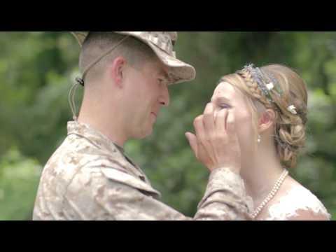 Marinec presenetil svojo sestro na poročni dan