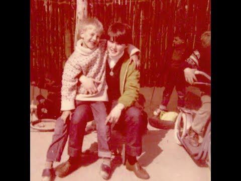 """En beretning om at komme i praktik i en børnehave som pædagogmedhjælper. Fru Hansens børnehave var en privat institution, og fru Hansen var et fantastisk menneske. """"Der var et barn, som blev drillet med sit røde hår. Så gik fru Hansen hen og fik farvet sit hår rødt."""""""