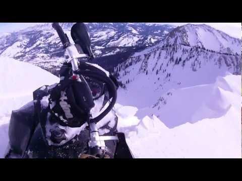 他騎著滑雪車上山,卻發生讓他嚇破膽的事情!