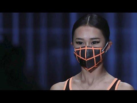 Las máscaras para la persona en el baño para la piel problemática