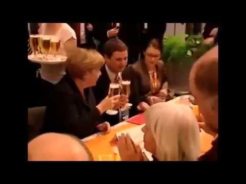 Garçom derruba cerveja em Angela Merkel - Angela Merkel gets Beershower