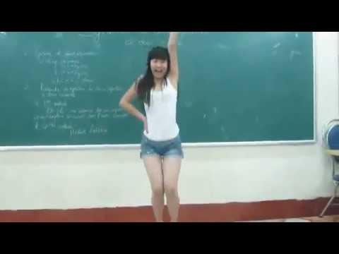Em teen nhảy cover bài Bubble Pop trong lớp học