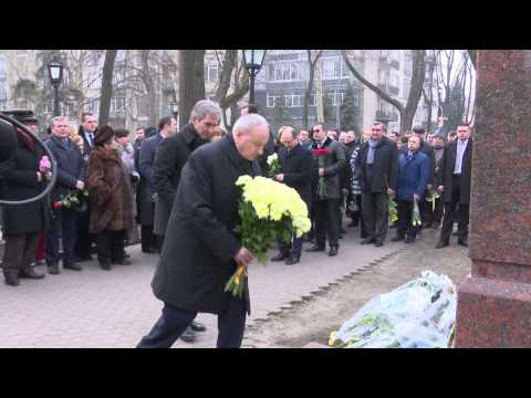 Moldovan president, acting prime minister lay flowers at bust of national poet Grigore Vieru