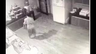 Video Rekaman CCTV Pembantu Rumah Tangga Pergoki Pelaku, Sebelum Lehernya Digorok MP3, 3GP, MP4, WEBM, AVI, FLV Desember 2017