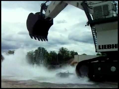 他們好奇「用挖土機裝水洗車」會有什麼後果,5秒後出現的答案讓大家都見證了水的威力!