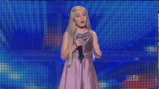 Malutka dziewczynka wychodzi na scenę. Jej potężny głos stawia całą publiczność na nogi!
