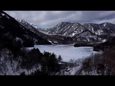 雪景色の湯滝と湯ノ湖