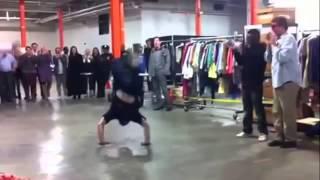 Ce policier fait du breakdance, et il le fait bien