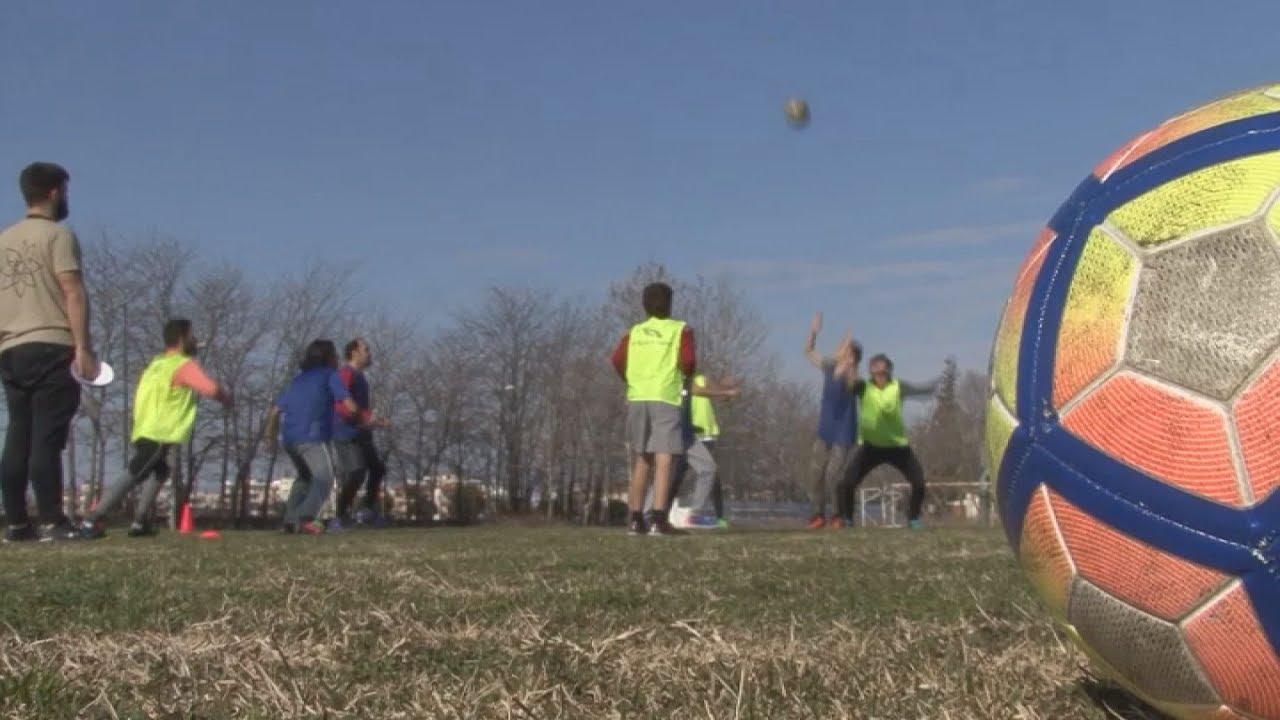 Πρόσφυγες επικοινωνούν με τη γλώσσα του ποδοσφαίρου