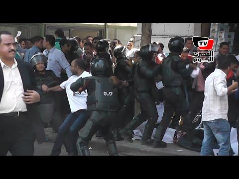 لحظة فض قوات الأمن لوقفة «حملة الماجستير» وإلقاء القبض علي عدد من المتظاهرين