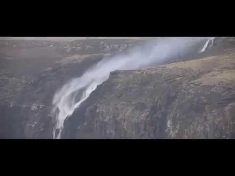 بالفيديو.. شلال تتدفق مياهه من أسفل إلى أعلى ..أغرب من الخيال