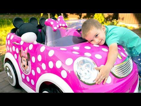 Melissa dan Arthur berpura pura bermain dengan mainan mobil Minnie Mouse anak-anak