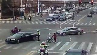 ضابطا شرطة يساعدان مسنا لعبور الطريق في الصين