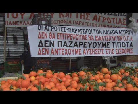 Παραγωγοί και αγρότες έστησαν πάγκους με προιόντα έξω απο το Υπ. Εργασίας