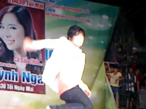 Khánh Phương biểu diễn, bị rách quần